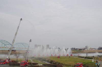 【久留米市消防出初式】消防団による梯子乗り演技、馬簾廻しなどが行われます